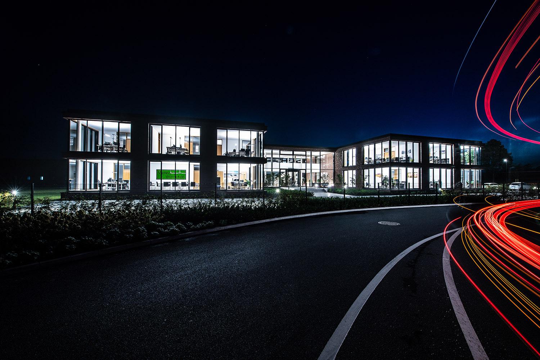 """Venneker Vieh – Venneker Zentrale in Nordkirchen – Außenaufnahme zur """"blauen Stunde"""""""